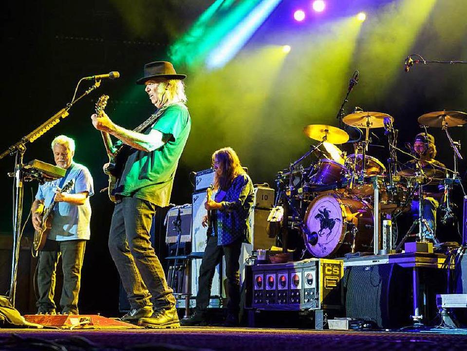 Starkes Statement: Neil Young (Mitte) und Crazy Horse in Colmar  | Foto: Benoit Facchi