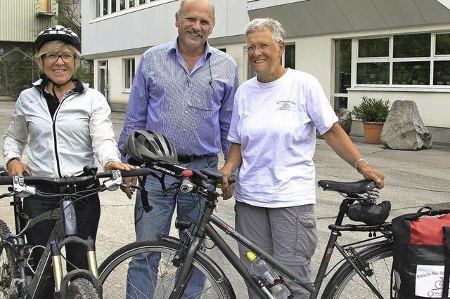Auf Radtour Spenden sammeln für Schulen
