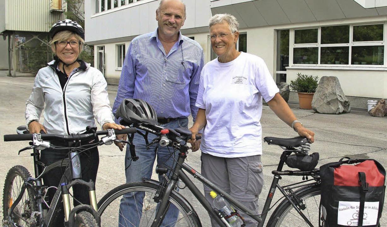 Marta Binder (rechts)  machte auf ihre...Bötzingen bei  Thomas und Gabi Hauri.   | Foto: horst david