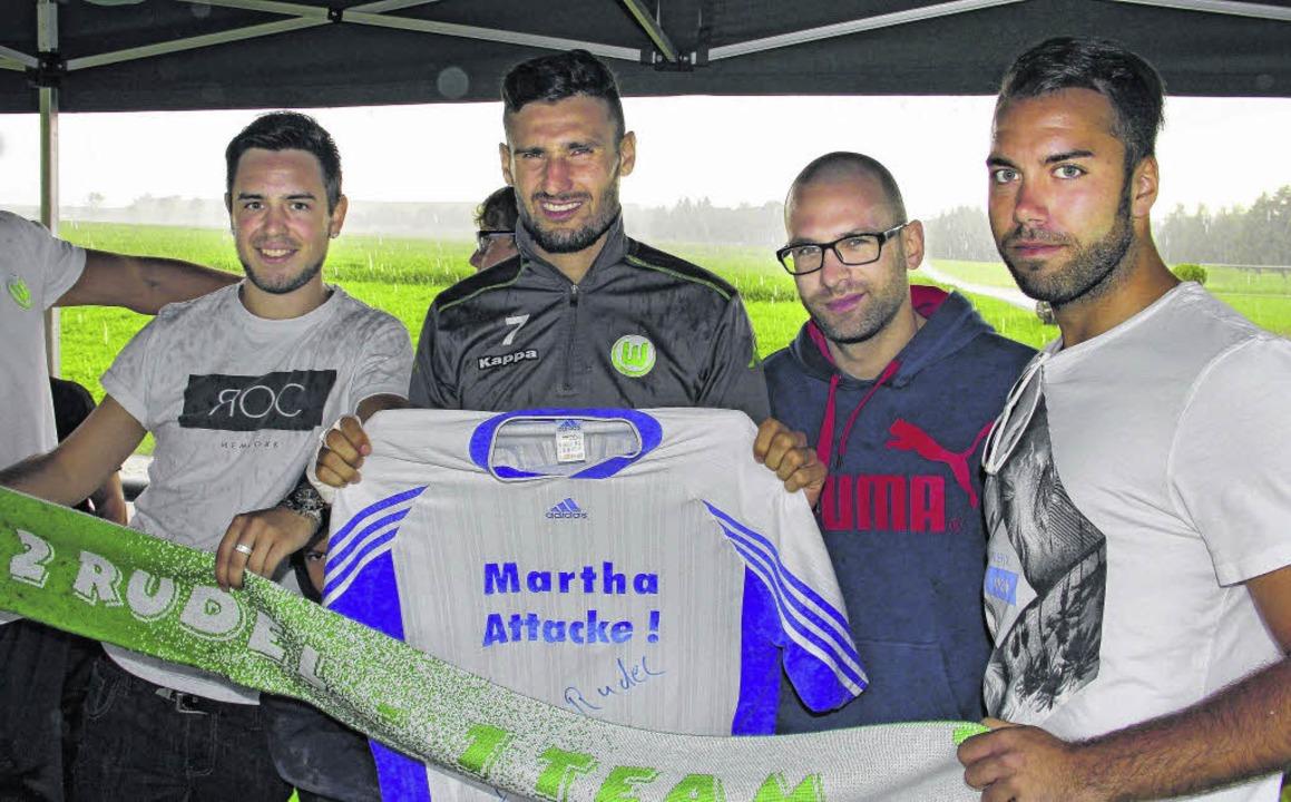 Silvio Gendusa (von links), Fußballpro... Treffen im Trainingslager der Wölfe.     Foto: Kleinert
