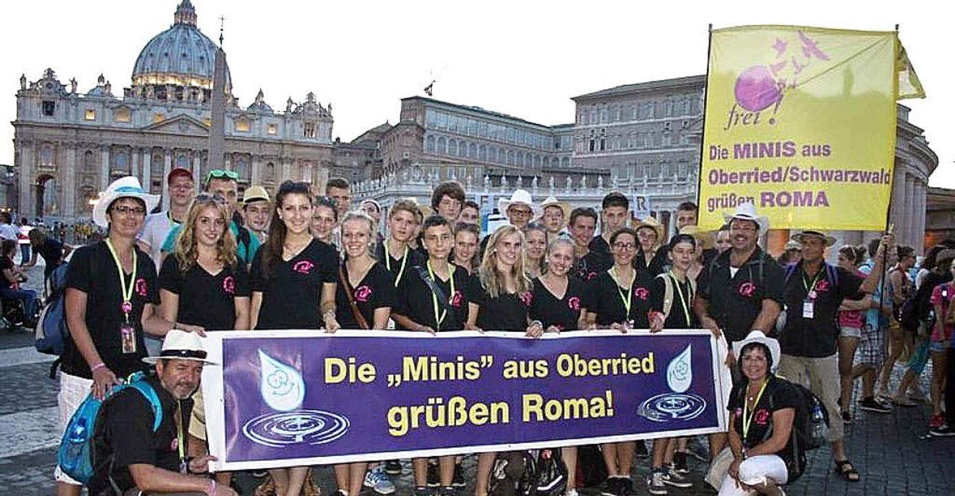 Die Ministranten aus Oberried und Hofsgrund auf dem Petersplatz in Rom.   | Foto: Privat