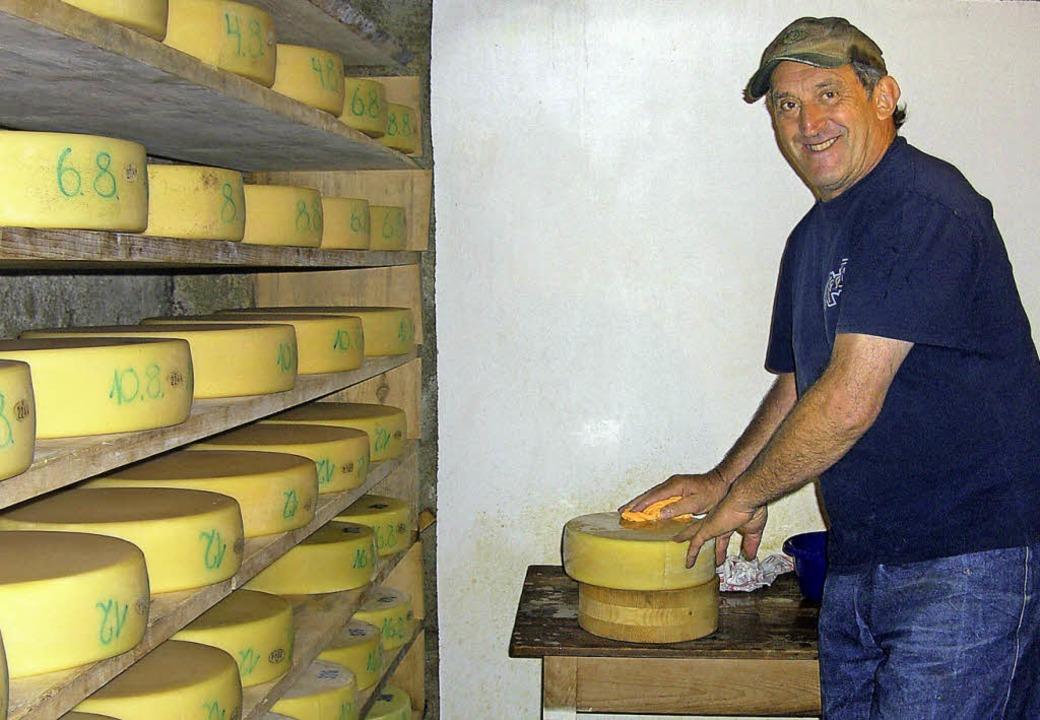 Strahlt zufrieden: Erich Ohnemus beim Käseschmieren bei seinem Hofeinsatz.     Foto: privat