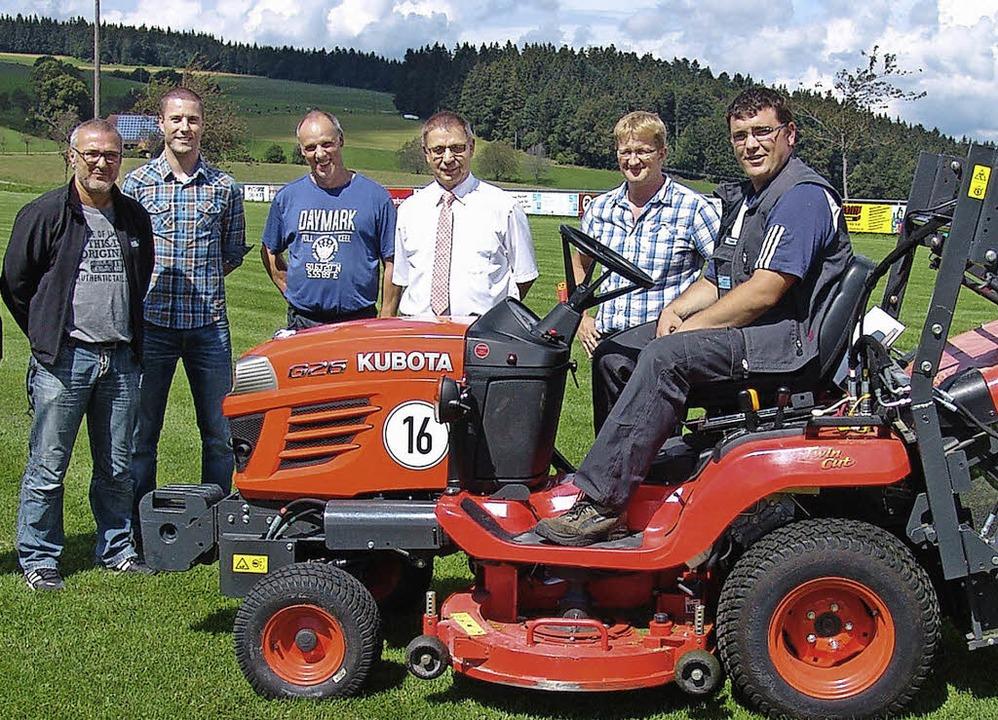 Freude über den neuen Rasenmäher (von ... Schuler, und Platzwart Tobias Faller.  | Foto: Heinrich Fehrenbach