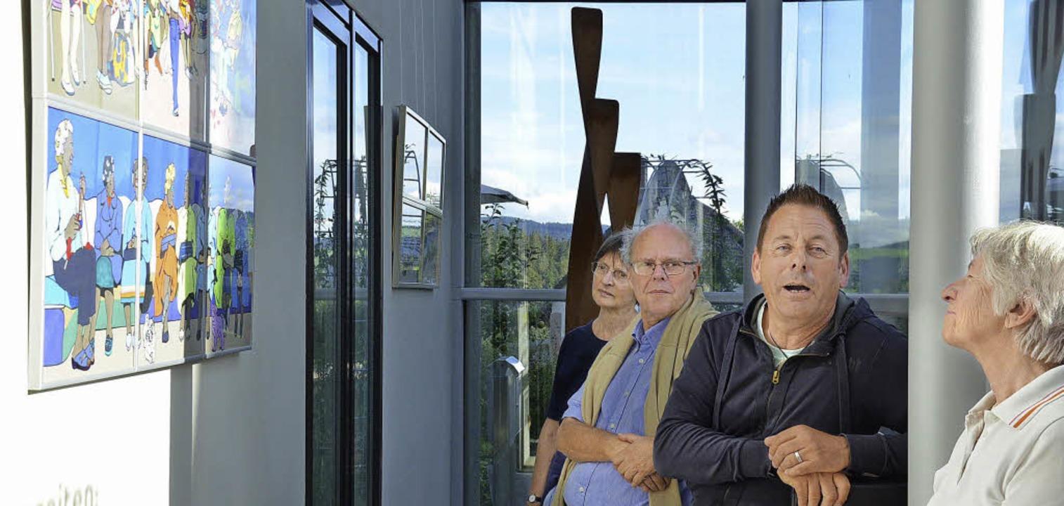 Romain Burgy (zweiter von rechts)erklärt eines seiner Werke.  | Foto: Alexandra Wehrle