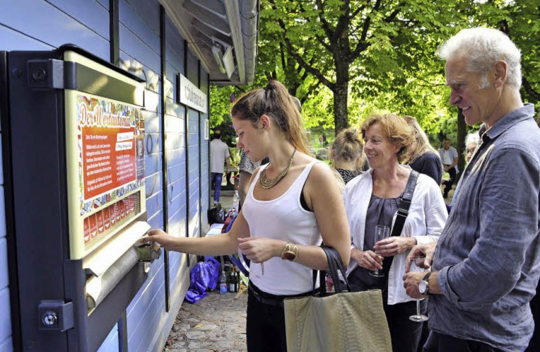 Ein Wortautomat steht seit Dienstag am...hrebahnhof und entzückt die Menschen.     Foto: Thomas Kunz