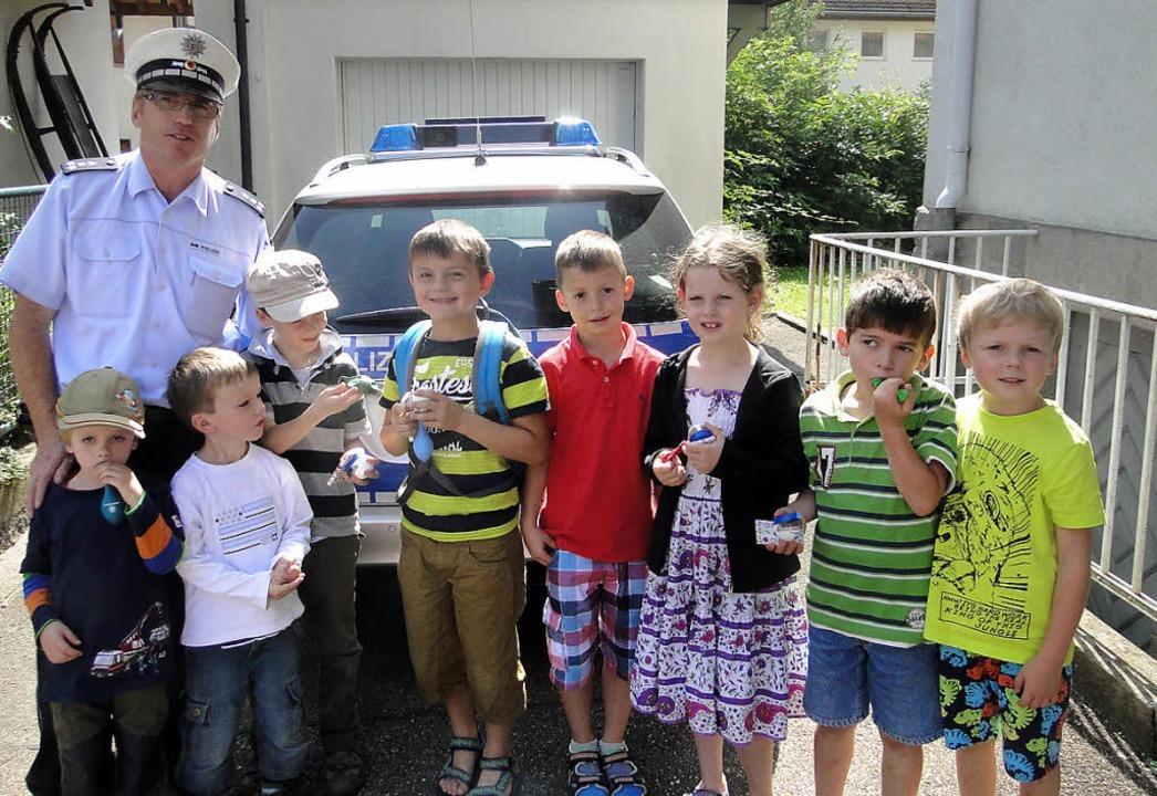 Ferienkinder besuchten den   Polizeipo...de.  Links: Postenleiter Lothar Mühl.     Foto: Frank