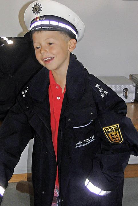 Die Kinder konnten buchstäblich in die Rolle des Polizisten schlüpfen.    Foto: Veronika Frank