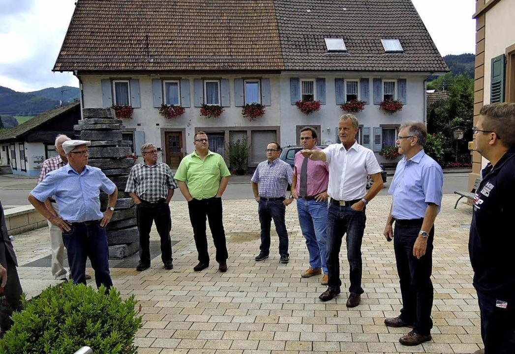 Hofstettens Bürgermeister Henry Heller...weitere Gäste hörten interessiert zu.     Foto: Kurt Meier