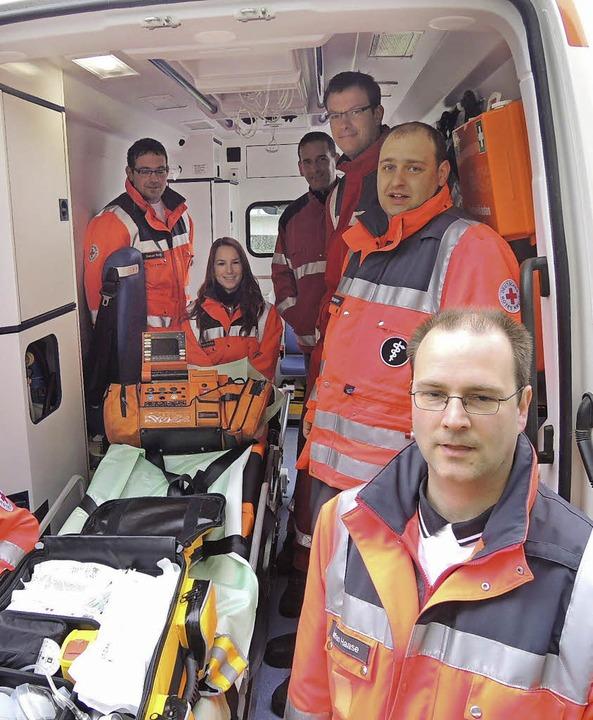 Blick ins Rettungsfahrzeug mit seiner ... um Bereitschaftsleiter Stefan Haase.     Foto: Kurt Meier