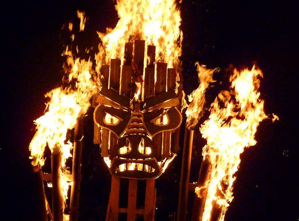 Das Feuer erweckt die Skulpturen von L...es Feuers in St. Blasiens Innenstadt.   | Foto: Clemens Huber