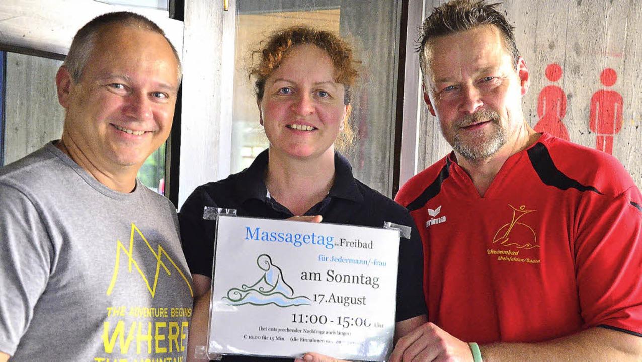 Bereit für den Massagetag: Paul und Dagmar Draeger mit Matthias Selz (rechts).   | Foto: Martina Proprenter