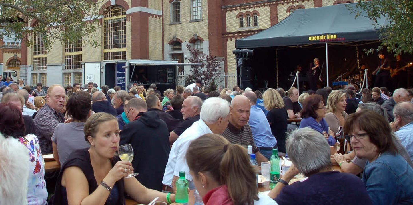 Unterhaltung gibt es auch vor dem Film...musik und einem großen Speisenangebot.  | Foto: Petra Wunderle