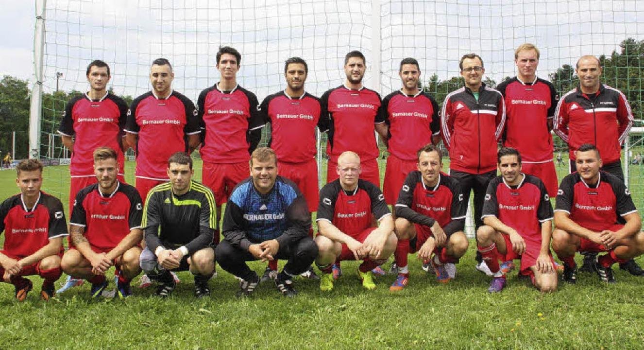 Umbruch beim FC Rotzel: Trainer Gianlu...i (vorne von links) als neuen Spielern  | Foto: Jörn Kerckhoff