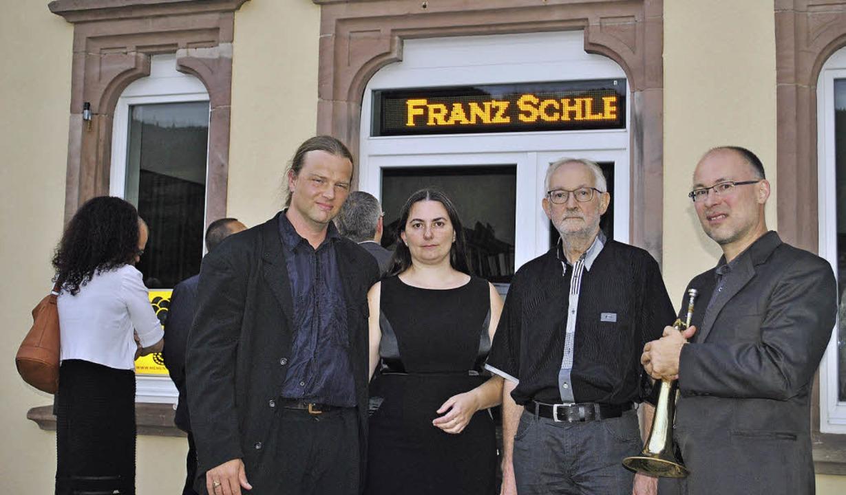 Tim Otto Roth, Miriam Seidler, Willi K...rnhard Münchbach vor der Installation   | Foto: robert ullmann