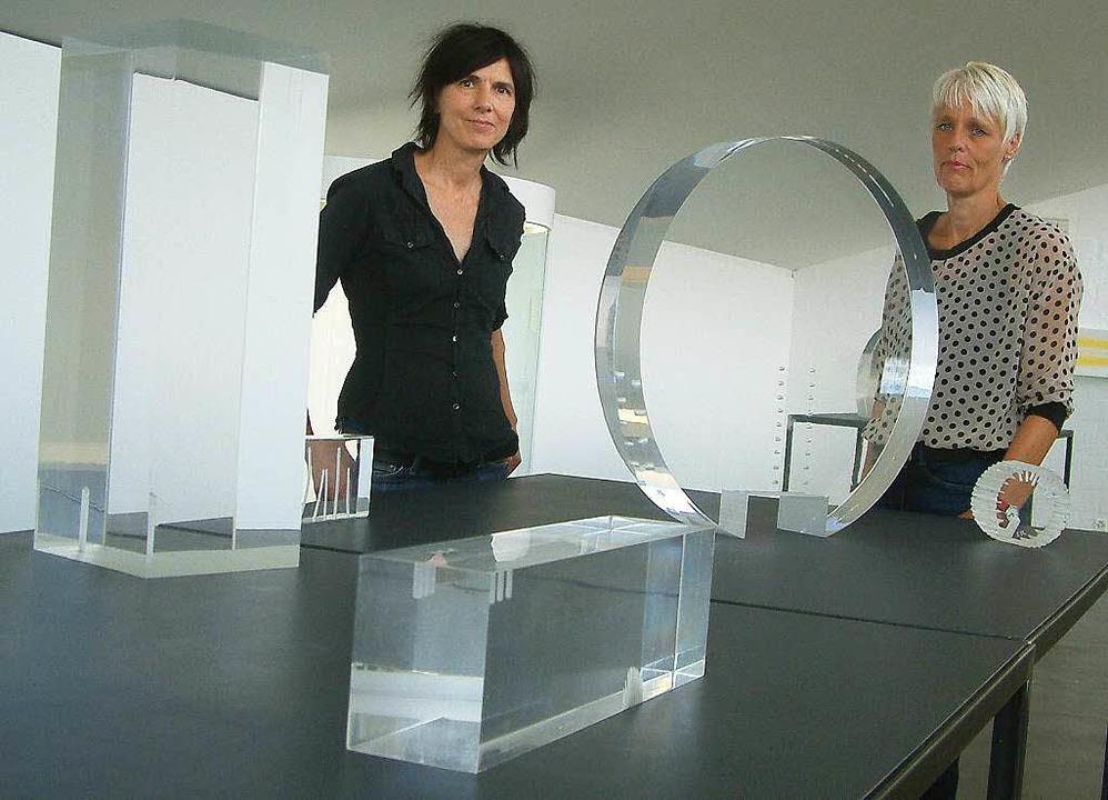 <Text>Spiel mit Wahrnehmung: Kuratorin...aus Acrylglas von Erwin Rehmann</Text>  | Foto: Roswitha Frey