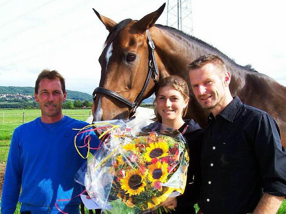 Rainer Dreher, Pia Reich und Vorsitzen...ch über Pias Goldenes Reiterabzeichen.    Foto: Renate Wendt