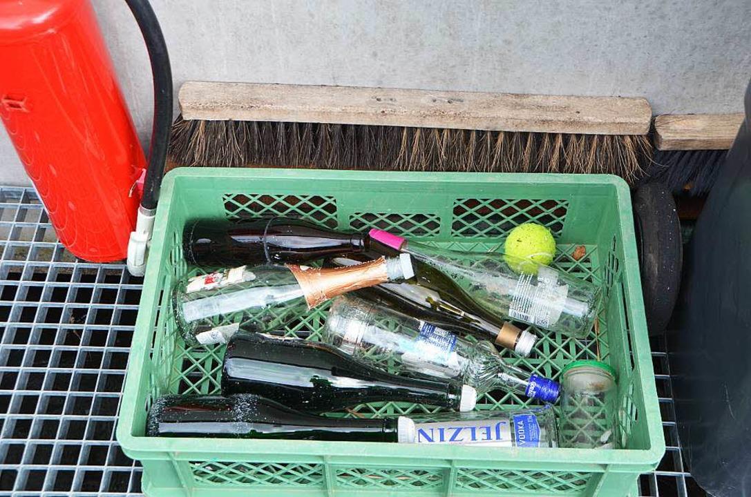 Doch hier wird alles Mögliche gesammelt: Flaschen, Feuerlöscher<ppp></ppp>  | Foto: Sylvia-Karina  Jahn