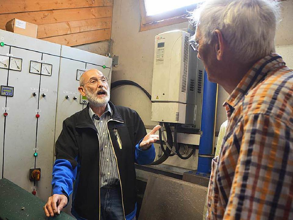 Fritz Bayer erklärt im Betriebshäuschen technsiche Details.  | Foto: Sylvia-Karina  Jahn