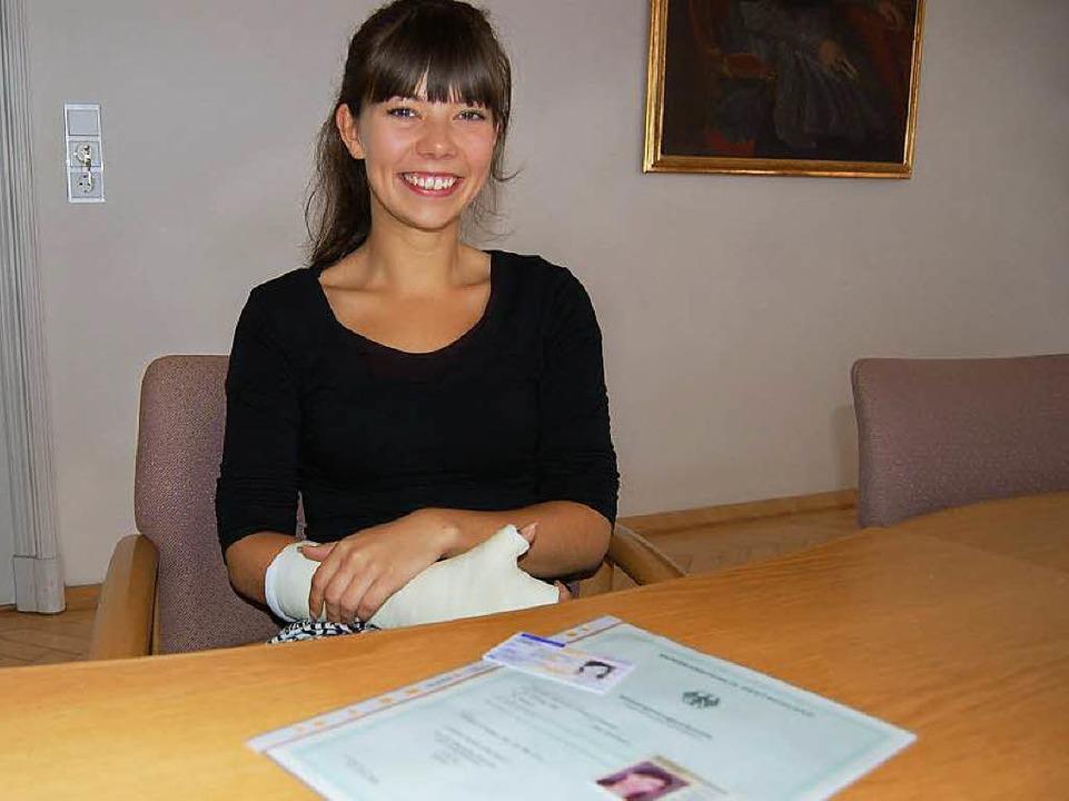 Deborah Loomans mit ihrer Einbürgerung...chen und dem niederländischen Ausweis.    Foto: Claudia Renk