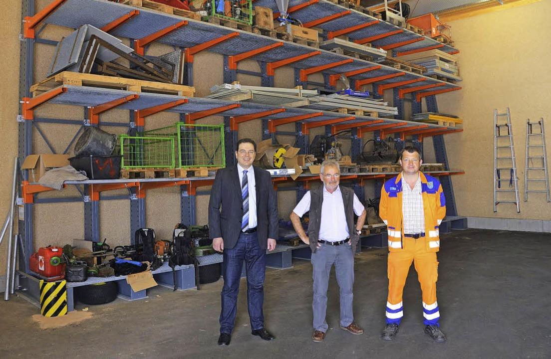 Die Hauptverantwortlichen für den Bau ...r vor einem der vielen Hochregallager   | Foto: Martin Wunderle