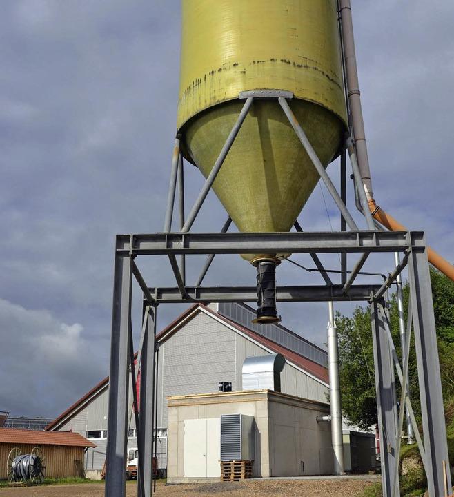 Das Salzsilo und dahinter das neue Blockheizkraftwerk  | Foto: Martin Wunderle