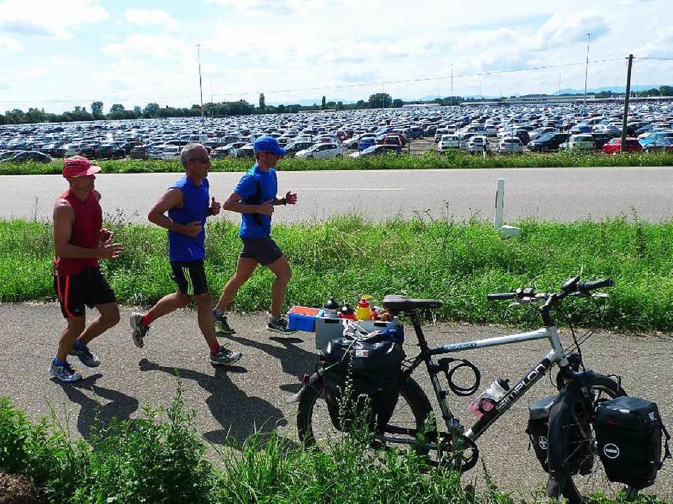 Drei Läufer, ein Fahrrad und tausende von Autos bei Lahr.     Foto: Peter Meyer