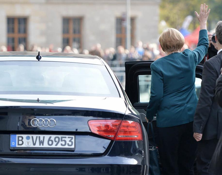Kanzlerin und Panzerwagen: Auch Angela...nterwegs, hier im Audi A8 L Security.   | Foto: dpa