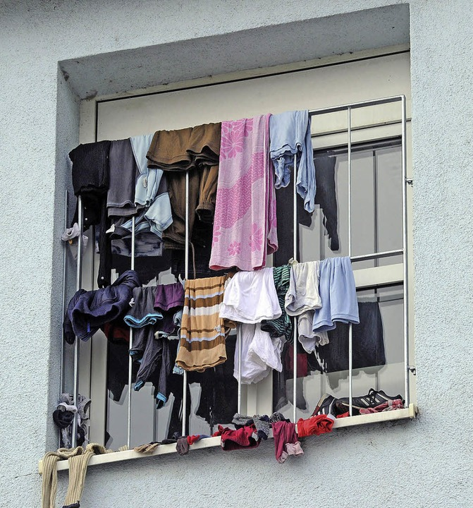Vorübergehender Aufenthalt: Fenster der Aufnahmestelle in Karlsruhe.     Foto: dpa