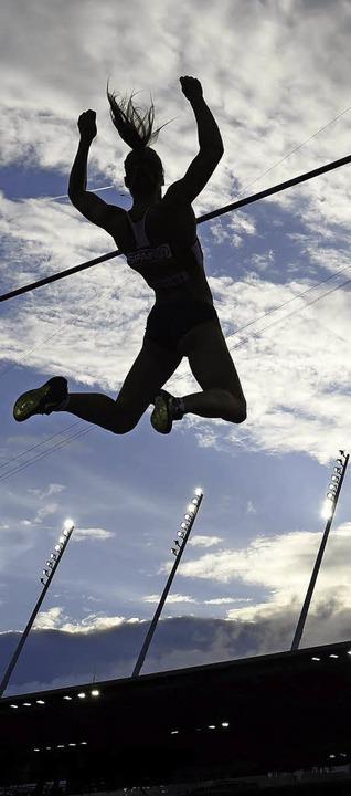 In luftiger Höhe: eine Stabhochspringerin im Finale von Zürich     Foto: dpa