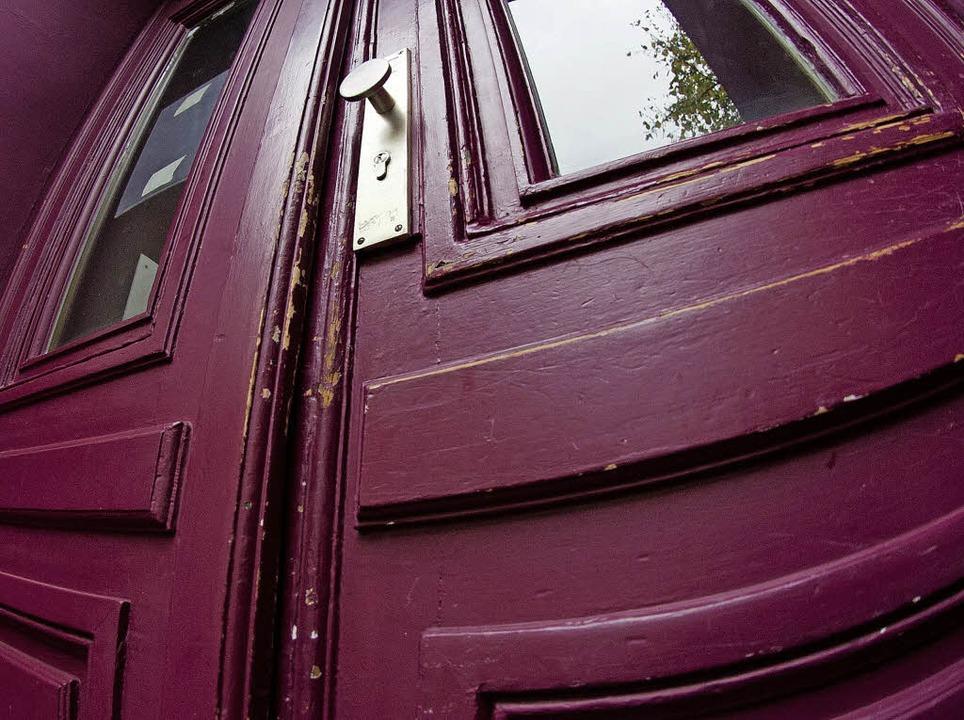 Konfliktträchtig: Wer darf in der Wohn... die Farbe der Haustür entscheiden?       Foto: Warnecke/dpa