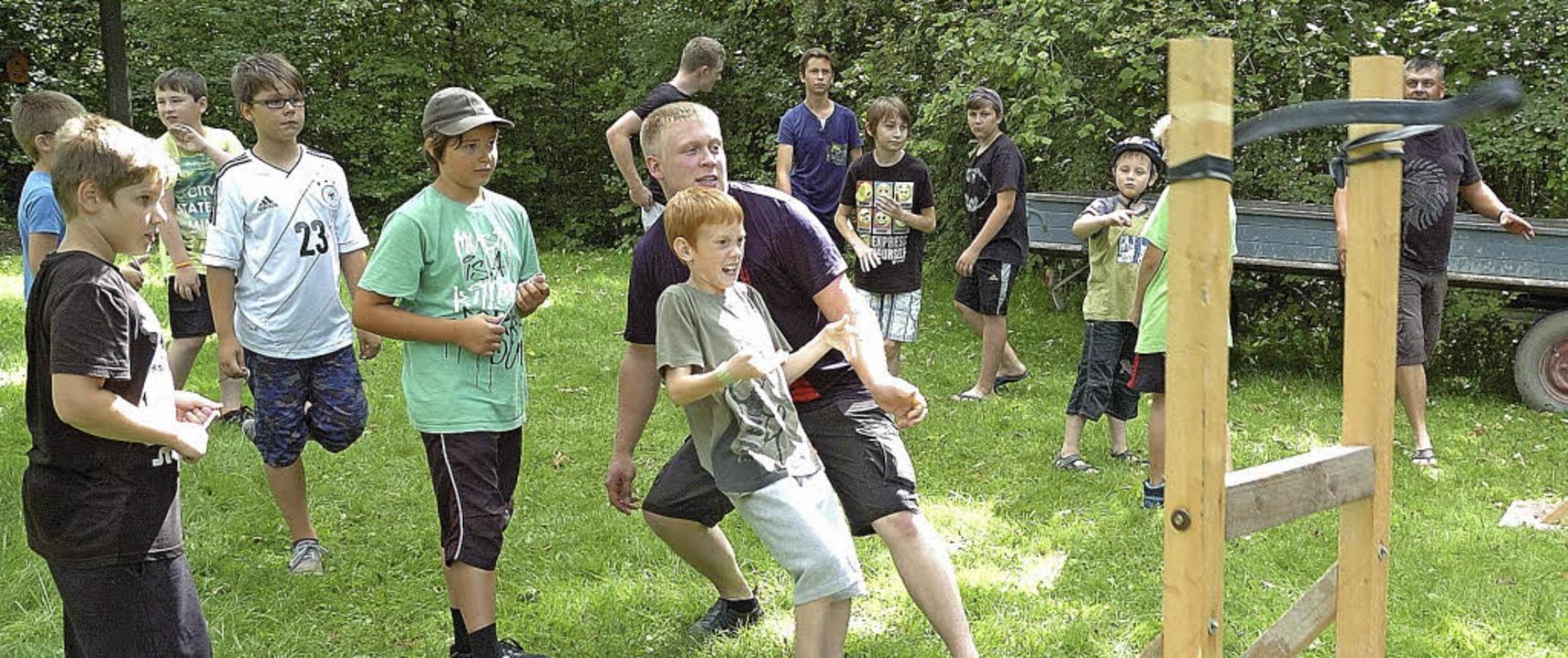 Spaß hatten die Kinder beim Schießen mit der Schleuder.  | Foto: Schweizer