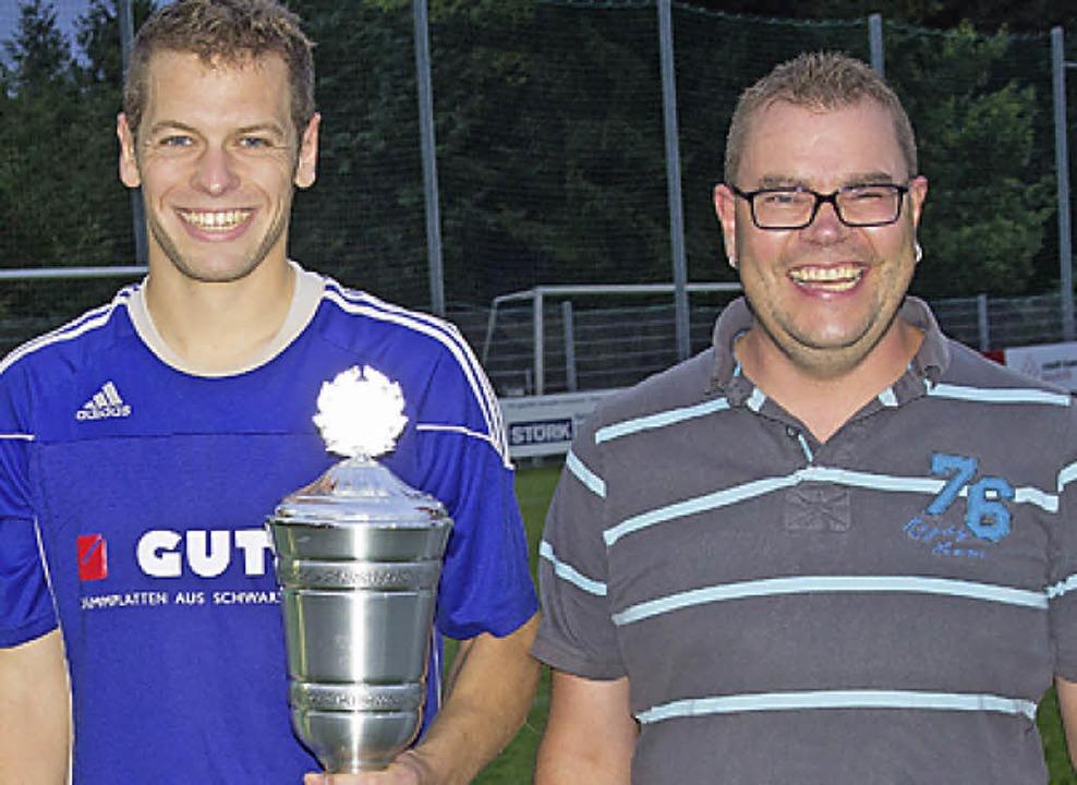 Der Wanderpokal bleibt ein Jahr beim F... Timo Burgert und Christian Seebacher.  | Foto: Dieckmann