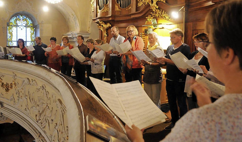 Besonderer Chorgesang am Vorabend zu M...us: Ensemble Gesualdo auf der Empore.     Foto: wolfgang künstle