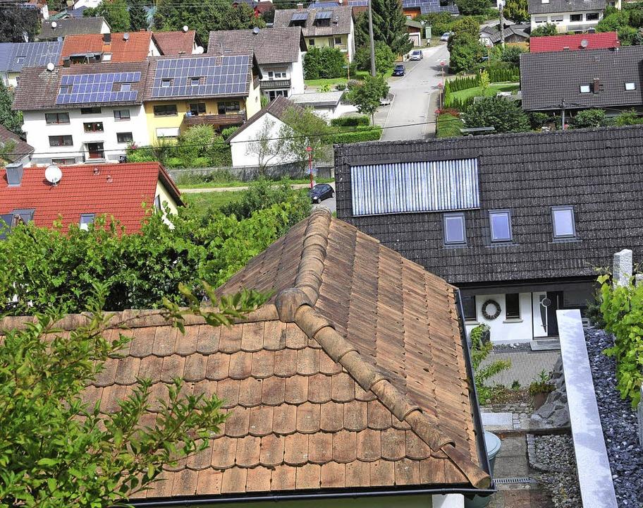 Die Anwohner  in der Kirchhalde freuen...d Dächer  bekommen länger Sonnenlicht.  | Foto: Robert Bergmann