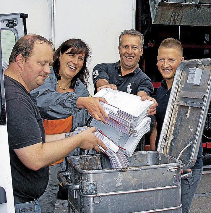 Freiwillige Helfer beteiligten sich an...ktenvernichtungsaktion in Oberrotweil.  | Foto: herbert trogus