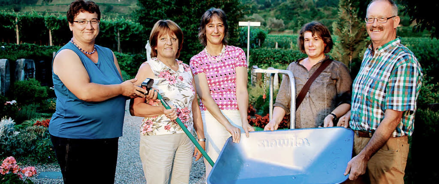 Die Bischoffinger Landfrauen spendeten...den Friedhof einen Handtransportwagen.    Foto: herbert trogus
