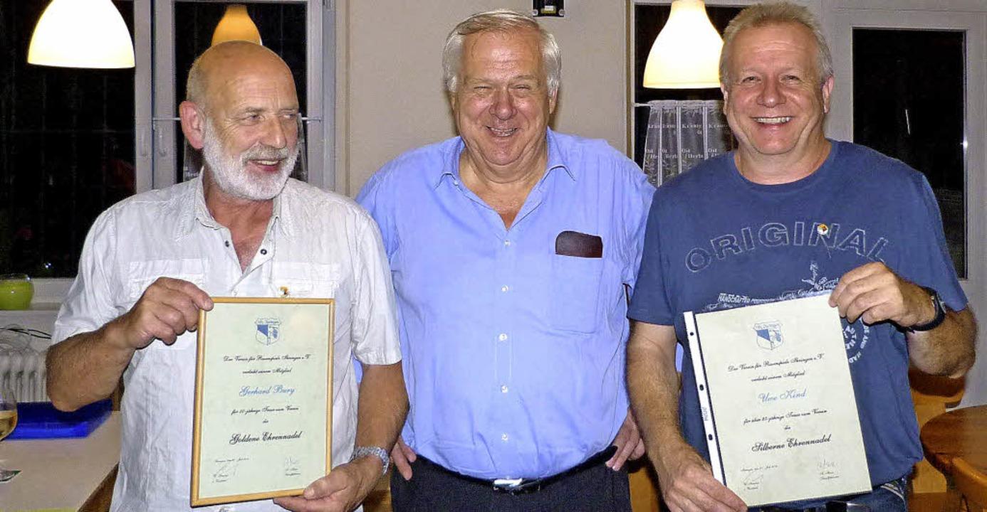 Gerhard Bury (links) und Uwe Kind (rec... Urkunde und einem Weinpräsent geehrt.  | Foto: christine weirich