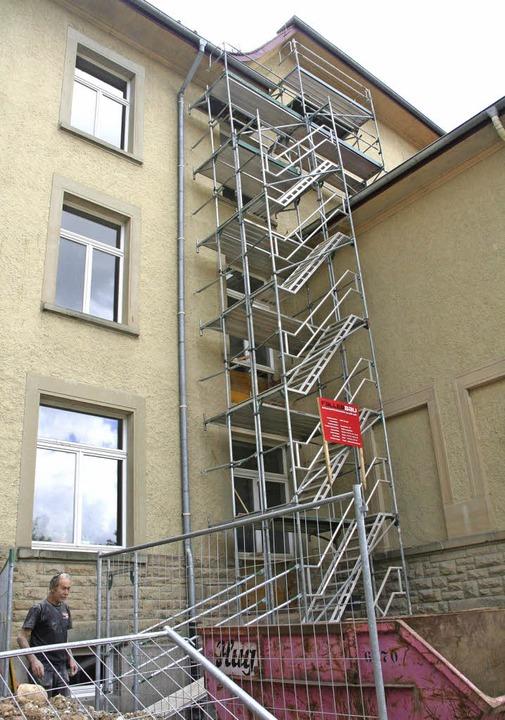 Form nimmt der neue zweite Fluchtweg a...des Altbaus entsteht eine Stahltreppe.  | Foto: Marlies Jung-Knoblich