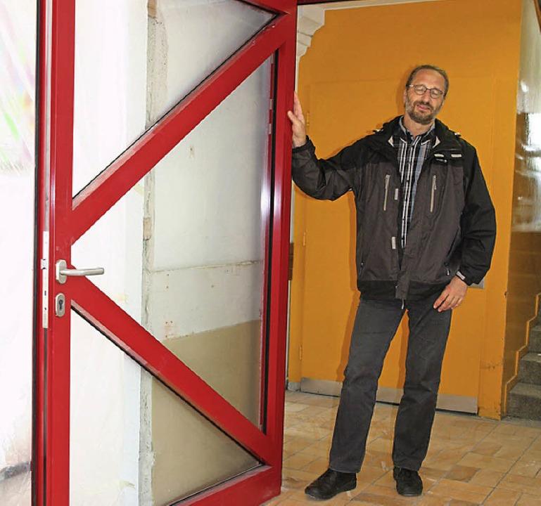 Bertram  Ludwig zeigt die neue Brandschutztür an der Grundschule Fahrnau.   | Foto: M. Jung-Knoblich