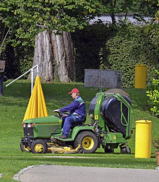 Beschäftigung an kühlen Tagen: ein Mitarbeiter bei der Rasenpflege    Foto: Matthias Maier