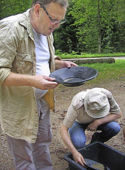 Beim Goldwaschen in der Pfanne wird da...ezifische Gewicht des Goldes genutzt.     Foto: Grziwa