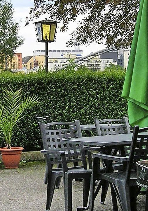 Vom Garten aus kann man die Passerelle sehen.    Foto: Bartl