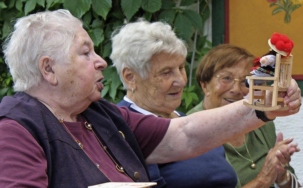 Viele Lieder, auch das von der Schwarzwaldmarie, singen die Senioren auswändig.  | Foto: Christa Maier