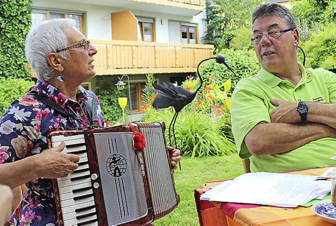 Brunhilde Köpfler und Betreuer Rudi Me...d schon setzt die ganze Runde mit ein.  | Foto: Christa Maier