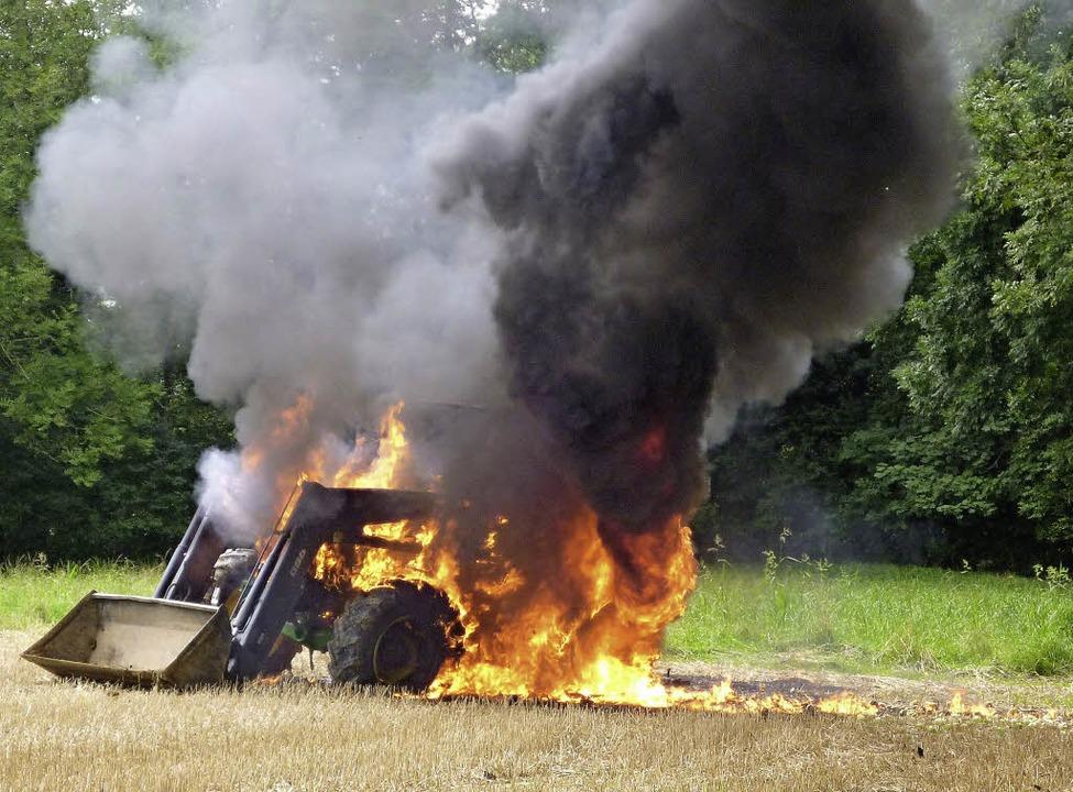 Der Traktor brannte vollständig aus.  | Foto: Kantonspolizei Aargau