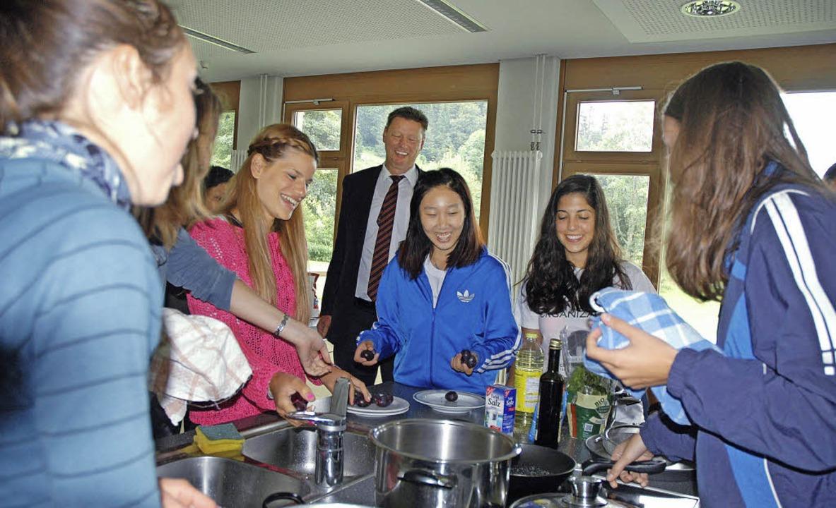 Gemeinsam kochen und essen wie die Göt... Kiefer (hinten) auch Appetit bekommt?  | Foto: Christiane Sahli