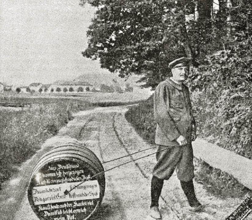 Fassroller Georg Elsenhans geht auf  W...rcher Heimatbrief Nr. 98, März 1982).     Foto: postkarte B.H. MEYER, kandern