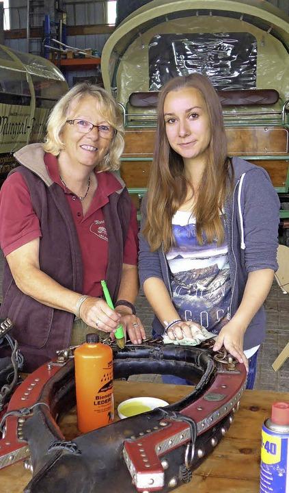 Gut Freund mit Pferden: Carolin Winter (rechts) und Heidi Behringer in Hänner   | Foto: Claudia Marchlewski