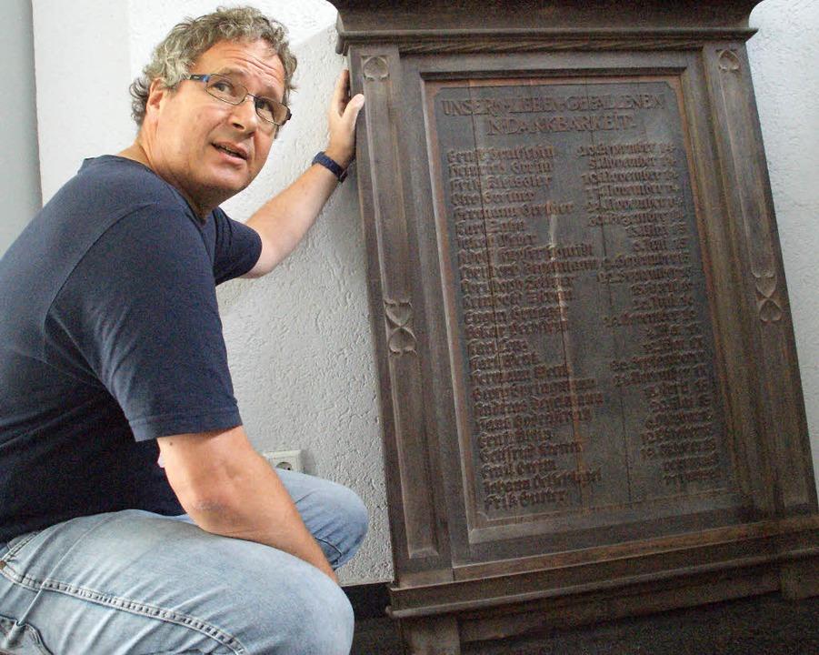 Pfarrer Martin Rathgeber möchte der Gedenktafel einen würdigen Platz geben.    Foto: miloslavic