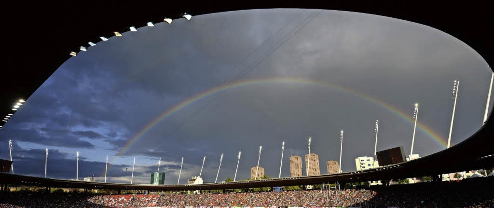 Die schönste Seite des schlechten Wett...egenbogen über dem Zürcher EM-Stadion.  | Foto: dpa